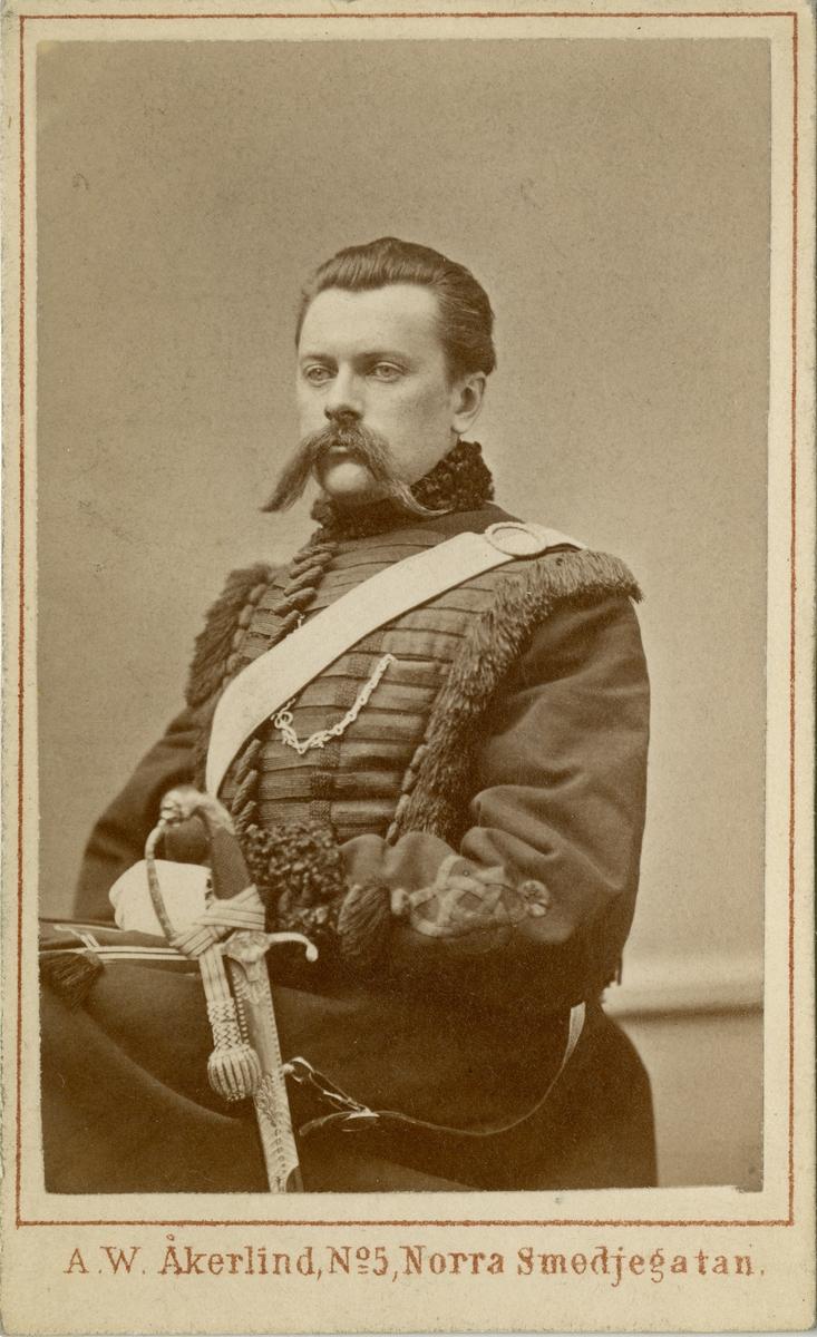 Porträtt av greve Axel Walter Gabriel Spens, officer vid Livregementets dragoner K 2.  Se även bild AMA.0013878.