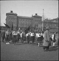 1. Mai 1932 på Dælenenga i Oslo. Grünerløkka skole i bakgrun
