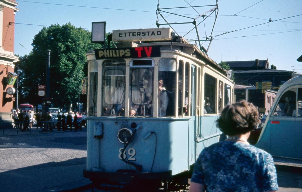 Sporvogn 82 på rute 6 på Jernbanetorget. Dette var siste dag de klassiske toakslede Kristiania-trikkene gikk i ordinær rutetrafikk i Oslo.