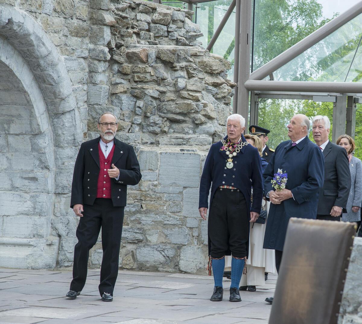 Kongeparet vises inn i Hamardomen. (Foto/Photo)