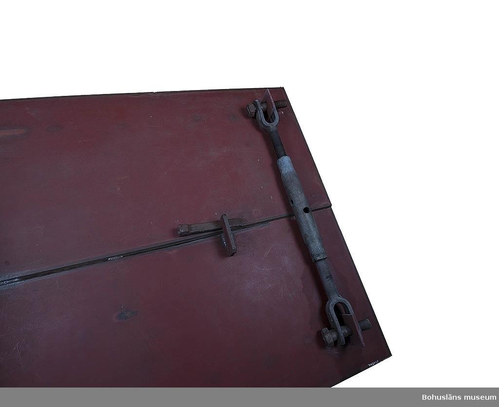 """Dragaren försedd med två stycken bultar 1.1/4"""" x17 cm. Ena bulten märkt: """"FUCHS 4.6"""". Dragaren sitter fastspänd på sektionsmodell UM020117."""