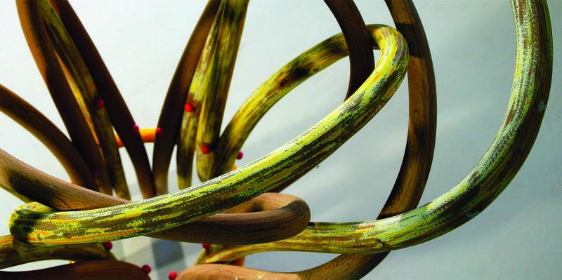 """Elisabeth Engens """"Thonetbukett"""" fra 2007 er komponert av stolrygger som er samlet i et knippe. Bildet viser en detalj av verket, der det varmebøyde treet snor seg i smale søyler inni hverandre."""