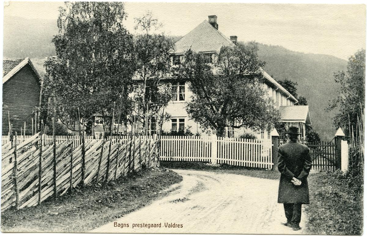 Postkort med motiv av Bagn Prestegård.