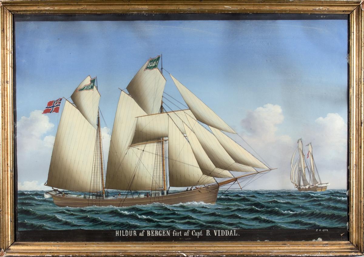 Skipsportrett av galeas HILDUR med full seilføring. Skipet sees seilende fra to ulike vinkler. Fører vimpel med skipets navn, vimpel med kjenningsbokstaver samt unionsflagg.