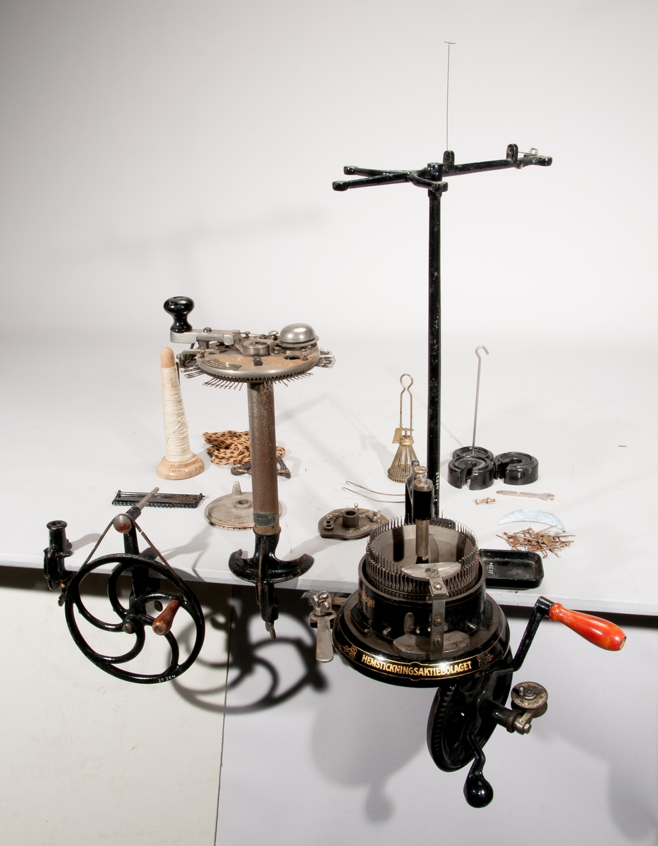 """Rundstickningsmaskin, """"Victoria"""". """"Patent, Favorit-no.6573, 96-79 N"""". """"Aktiebolaget Lindéns Hem-Maskiner, Hovleverantör, Nässjö"""".  Vid användning skruvas stickningsmaskinen fast på kanten av exempelvis en bordsskiva."""