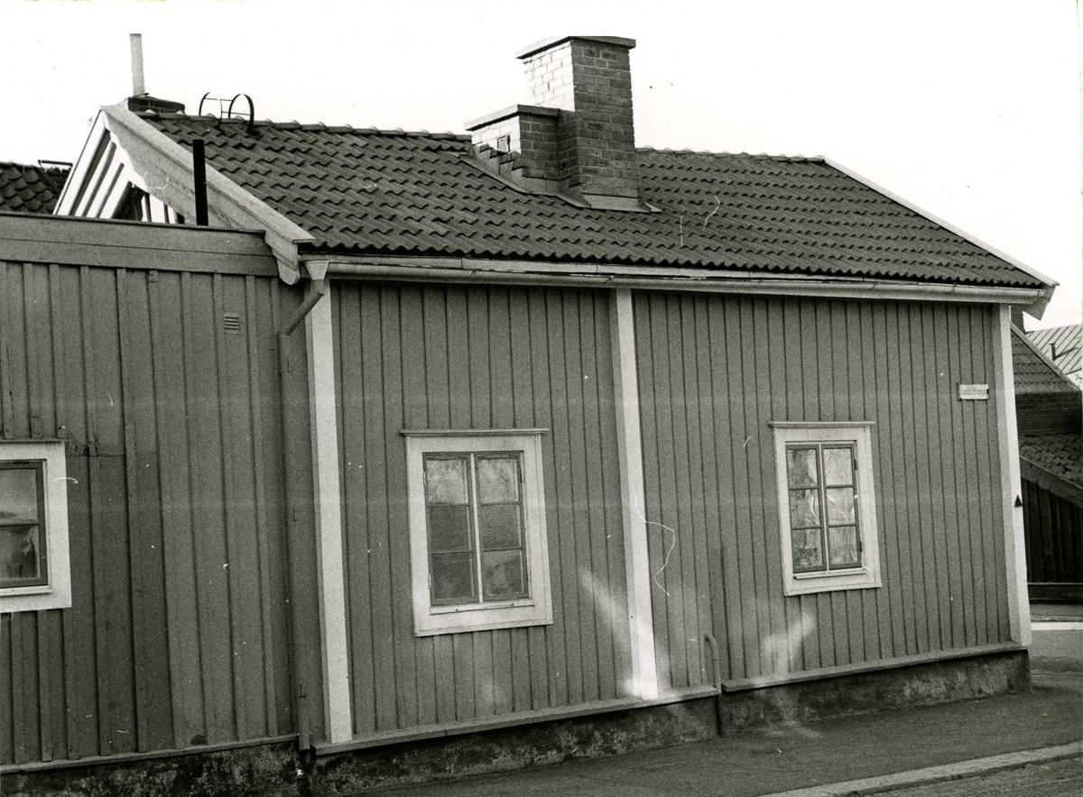 Bostadshus på Landshövdingegatan före renovering. Ännu 1972 saknade detta hus toalett inne.