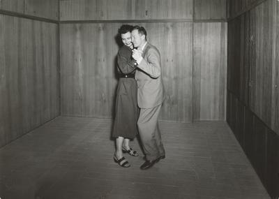 Grete Prytz og Arne Korsmo danser i Planetveien 12