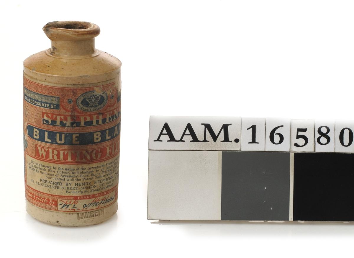Stentøykrukke, hårdbrent med lys gråbrun saltgiasur. Sylindrisk, kort hals, brem med tut.  Papiretikett. Under etiketten innstemplet nederst: Lambeth  (står under papiret fabrikknavnet: Boulton)  Samme firmanavn står på krukke AAM.16 566.