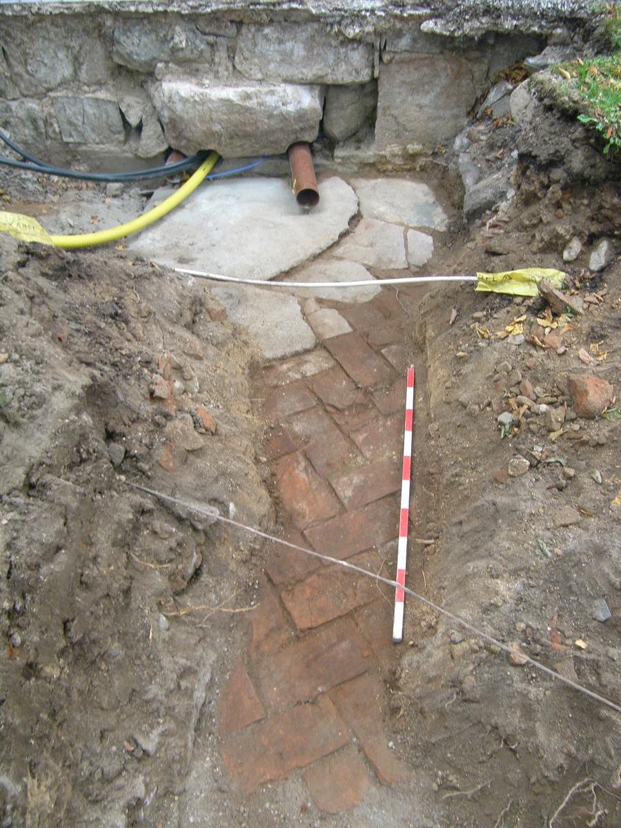 Arkeologisk schaktningsövervakning, sten- och tegelgolv, Alunda kyrka, Alunda socken, Uppland 2016