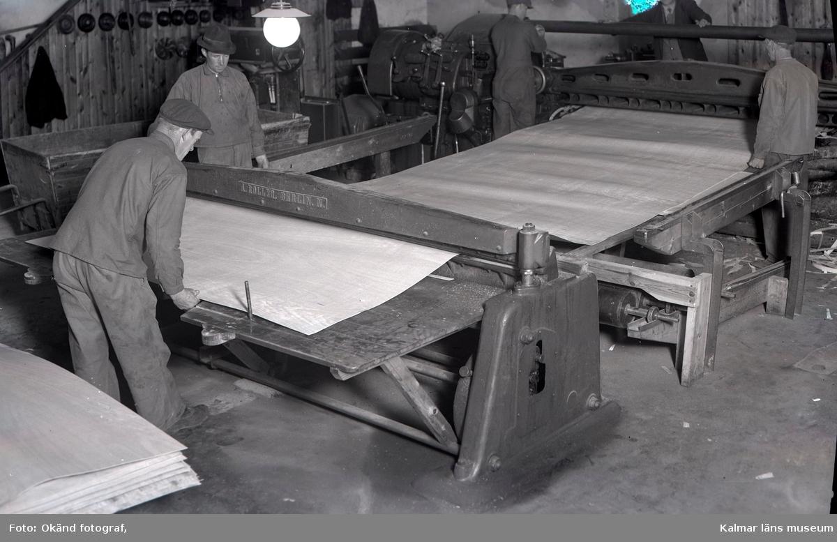 Folk som arbetar med träbearbetning. Bohman & Johanssons fanérfabrik, Blomstermåla.