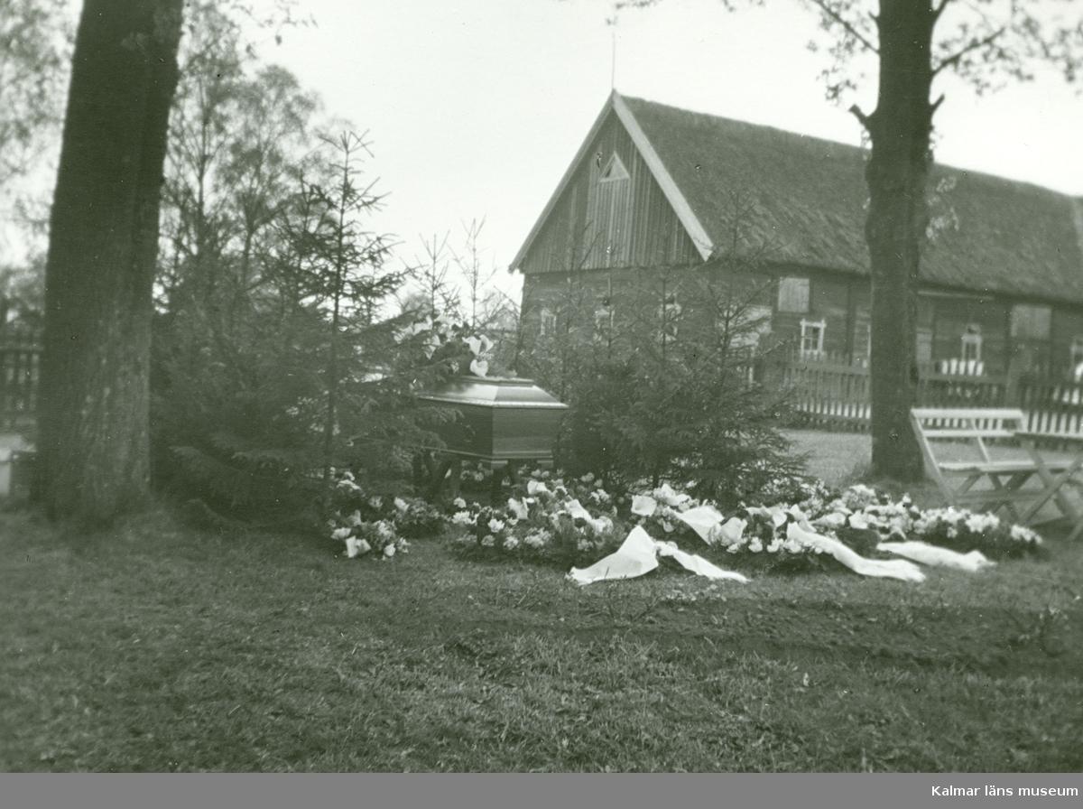 Albert Larssons  i Gata begravning i maj 1956. Observera granhäcken med brutna toppar.