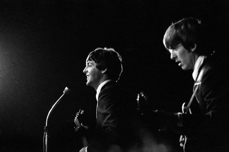 Konsert The Beatles i K.B. Hallen i København. På scenen George Harrison til høyre og Paul McCartney