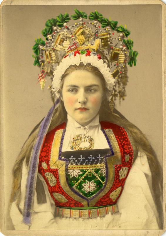 Kolorert studiofotografi av kvinne med brudedrakt og krone på hodet. Voss i Hordaland. 1899.