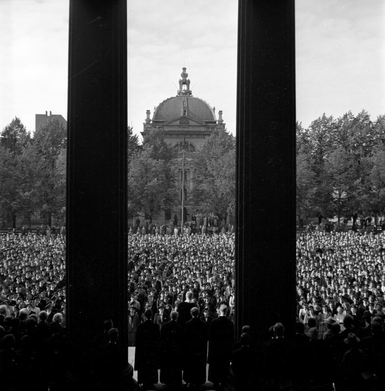 Studenter. Universitetsplassen, Oslo 1941.