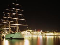 Nattbild. Fartyget af Chapman, är numera vandrarhem vid Skep