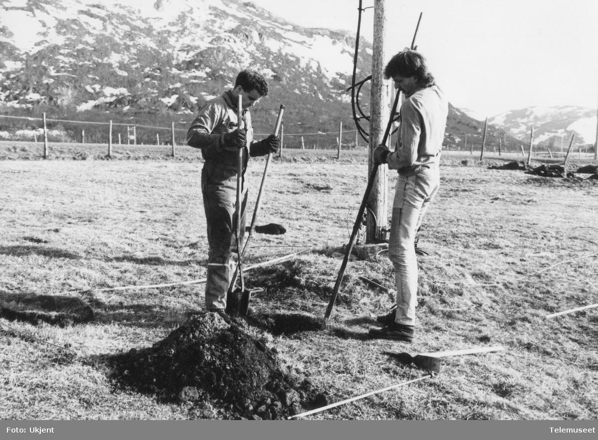Telemontører graver stolpehull
