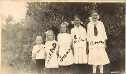 amatørfotografi av fire jenter og ein gut kledd i kvite klær