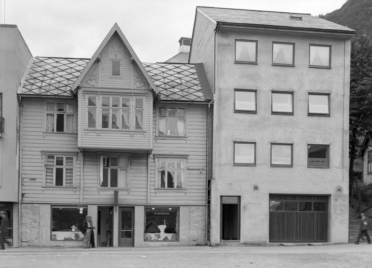 Eitrheimsvegen nr 17a og 19, forretningsbygg, T.H. Mannsåker & Co, klebutikk, Rørleggerfirma Ivar Gjellestad, ein mann med pipe og ein mann med sixpence