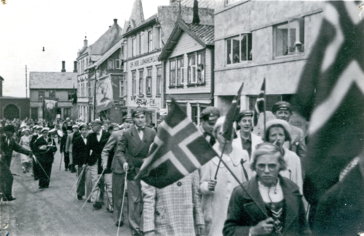17. mai tog i Tuhauggt. Russetog med norske flagg. Korps. Hull etter stifter i hjørnene.