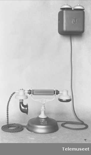 Telefon, cb bordapparat i stål,  mtlf.liggende, klokke 1000 ohm.  19.6.13. Se foto 390. Elektrisk Bureau.