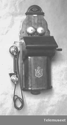 Telefon, magneto veggapparat i tre, mtlf.hengende, klokke 2000 ohm.  28.2.14. Elektrisk Bureau.