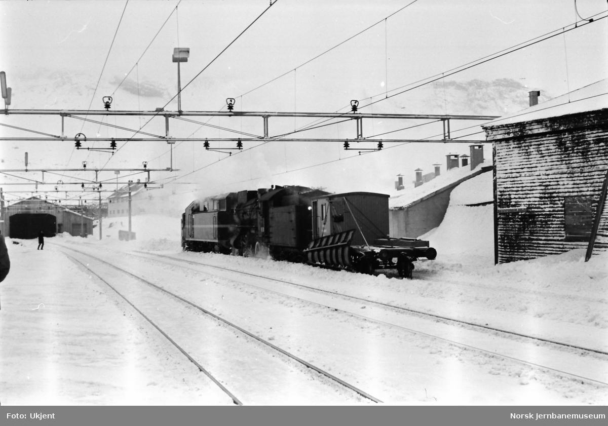 Roterende snøplog DiR1 nr. 501, skjøvet av damplokomotiv med plattformskrape