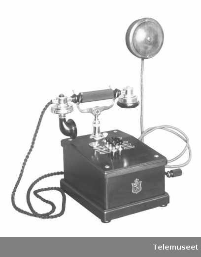 Telefonapparat, bordtelefon i tre, lokal, m/induktor, mtlf.liggende, klokke 400 ohm.For 6 d.lj Simplex lokaltlf, janusapparat, 28.3.14. Elektrisk Bureau.