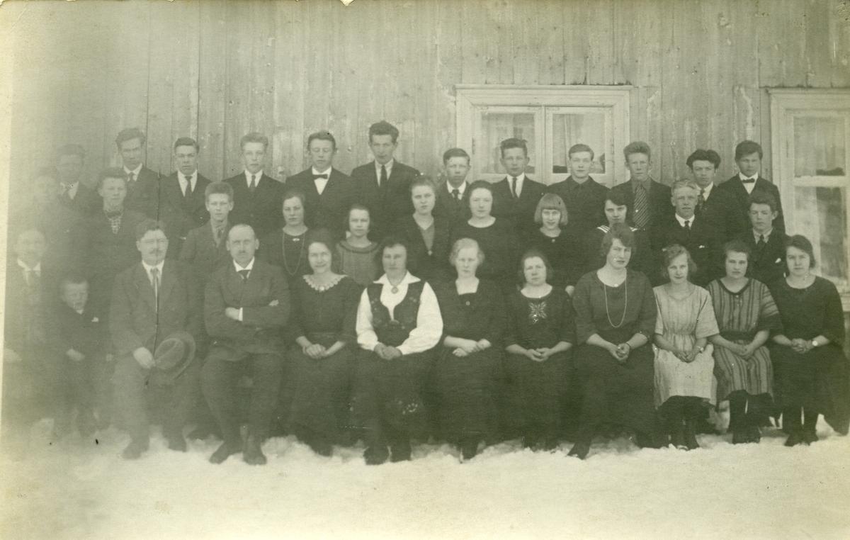 Elever ved og lærere ved Vestoppland folkehøgskule.