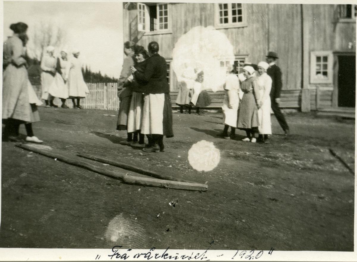 Elever ved Vestoppland folkehøgskule utenfor skulebygningen.
