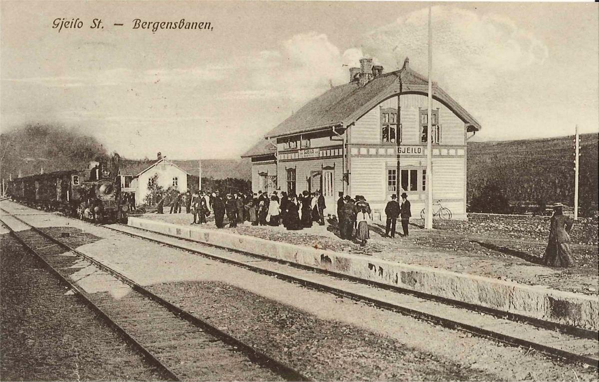 Geilo stasjon med reisende og tog retning Bergen i spor 1
