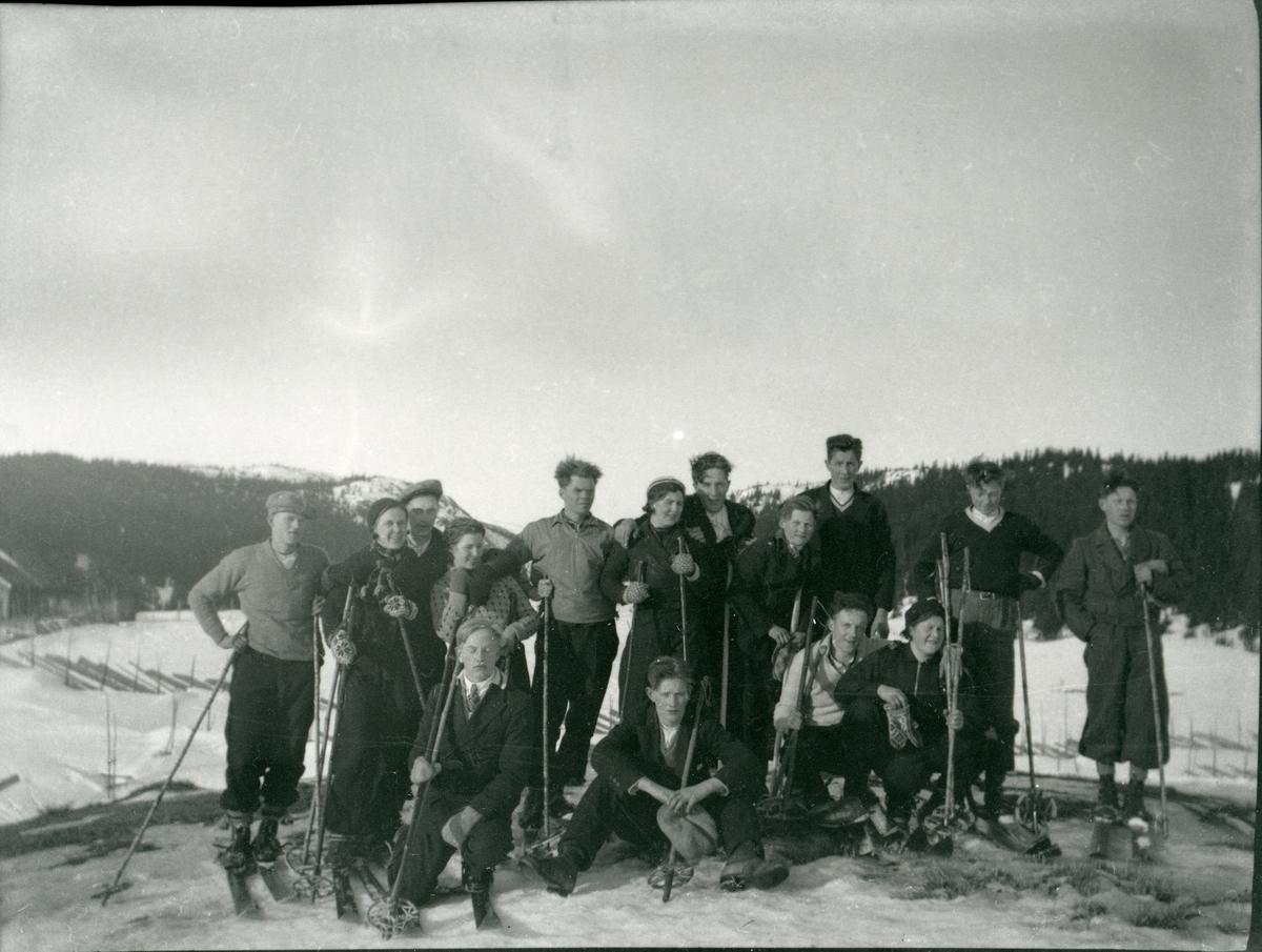 Ei gruppe på skitur.
