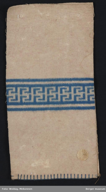Prøvebok med to prøver. Grafisk mønster. Greske border. Minner om løpende hund striper.