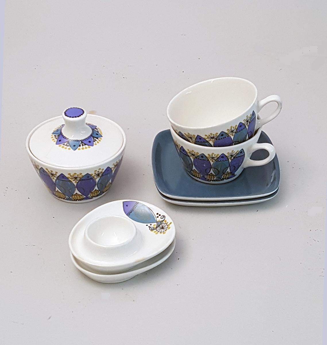 6 koppar - 2 tefat - 6 eggeglas - 1 syltetøyskål Stilisert dekor i motiv av sild
