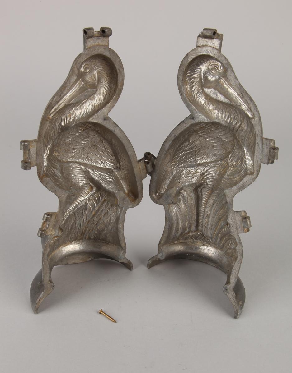 Fugl isform i tinn. To deler hengslet sammen.