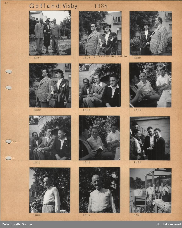 Motiv: Gotland: Visby, två män i kavaj på var sida om en kvinna i randig dräktjacka och hatt, man i smårutig kavaj och kvinna i randig dräktjacka och hatt, Bertil Malmberg och fru, män i sommarkläder sitter i en trädgård och samtalar, tre män och en kvinna, Barbro Alving, man i ljus skjorta, personer i lätta sommarkläder sitter på en servering vid en sandstrand.