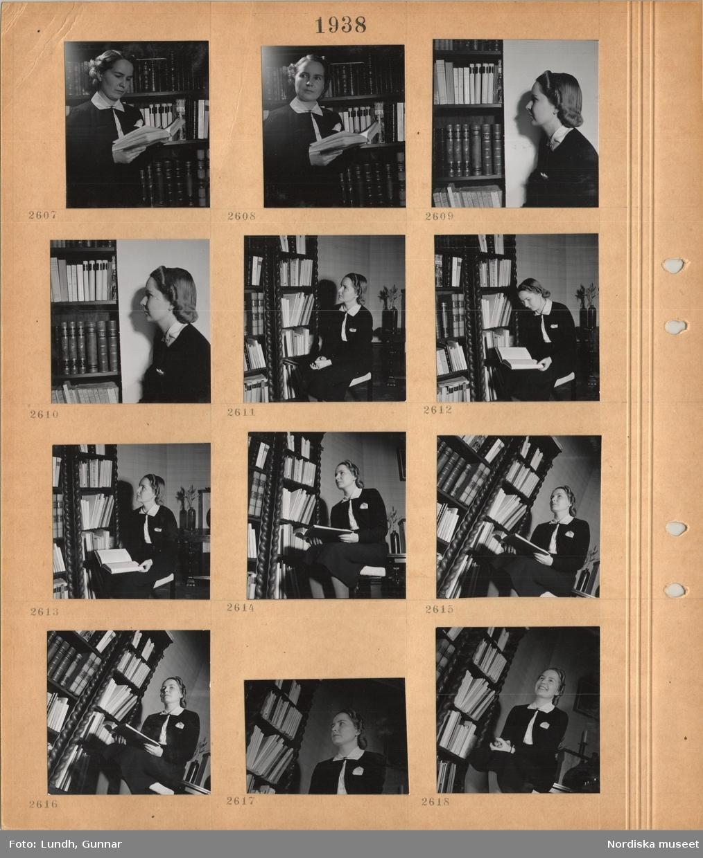 Motiv: En ung kvinna står framför en bokhylla med en bok i handen, kvinna sitter på en stol.