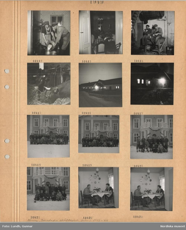 """Motiv: En kvinna och en man häller mjölk från ett stort kärl till ett annat, rum fullt med sittande personer, tröja med """"KFUM"""" på ryggen,  två män i arbetskläder sitter på en bänk och dricker kaffe ur termos, kor äter hö i stall, exteriör ekonomibyggnad, gruppbilder av män framför herrgårdsliknande byggnad i snö, en man och en kvinna sitter vid ett bord och läser tidningen, trasmattor."""