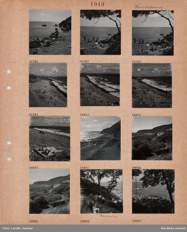 Motiv: Kullaberg, män och kvinnor i baddräkt vid stenig strand, vågsvall, två kvinnor ligger och solar i baddräkt på träplattform på stenig strand, kustväg, bostadshus, Ransvik, uteservering i en sluttning, gäster sitter vid bord.