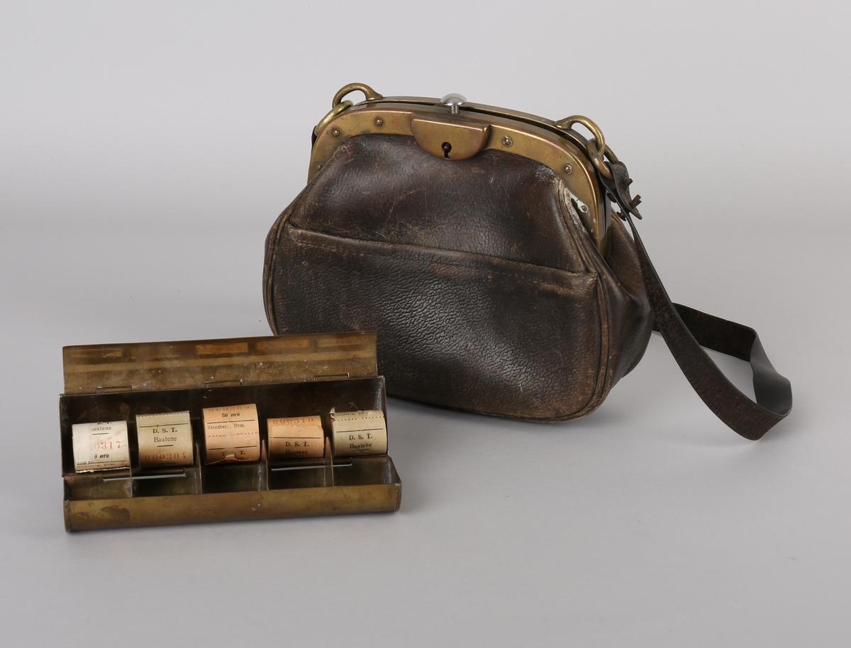 Billettveske i brunt skinn med hank. Inneholder 1 stk. messingbeholder med billettruller.