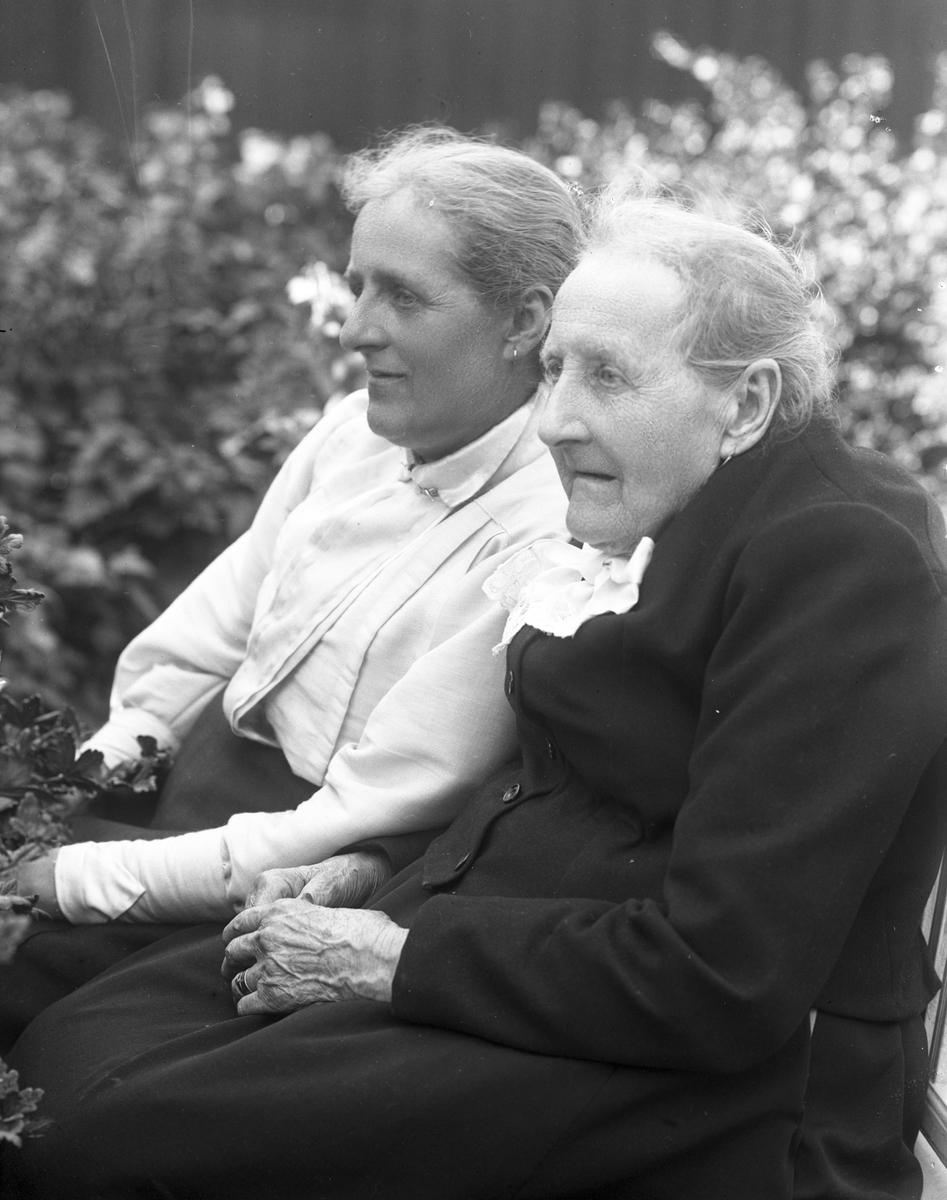 Fru Dahlberg och ej namngiven kvinna