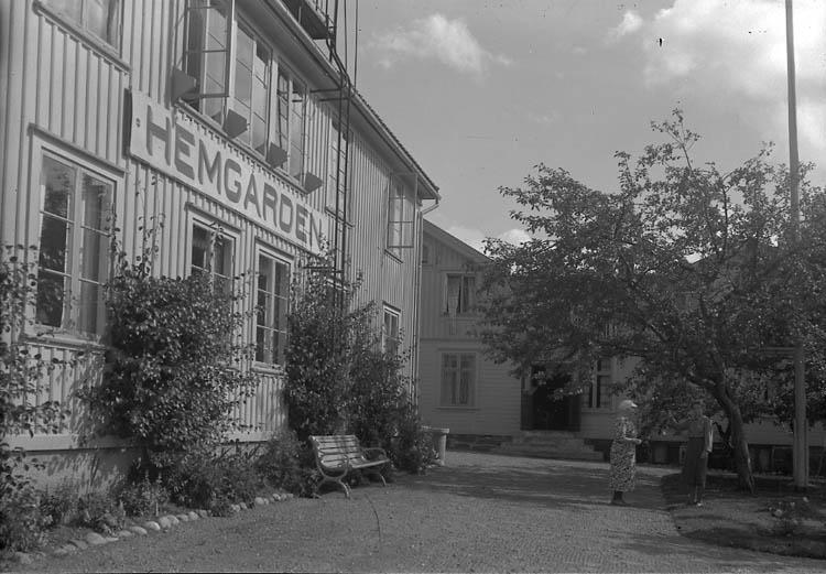 """Enligt Bengt Lundins noteringar: """"Ljungskile. Hemgården (med skylt). Foto BL 1775""""."""