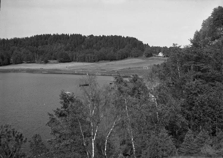 """Enligt Bengt Lundins noteringar: """"Lyckorna. Åkers kile. Ängar mot havet. Foto BL 1723""""."""