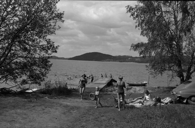 """Enligt Bengt Lundins noteringar: """"Lyckorna. Varvsbadet. Badande vid brygga. Foto BL 1721""""."""