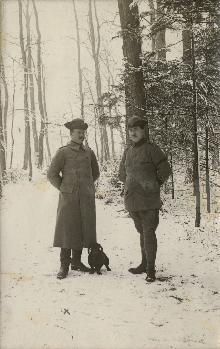 Två soldater från Södra skånska infanteriregementet I 25 vid skogsbryn.