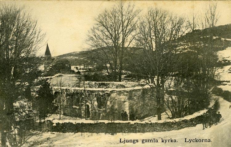 """Enligt Bengt Lundins noteringar: """"Lyckorna. Ljungs gamla kyrka. Nya kyrkan i bakgrunden""""."""