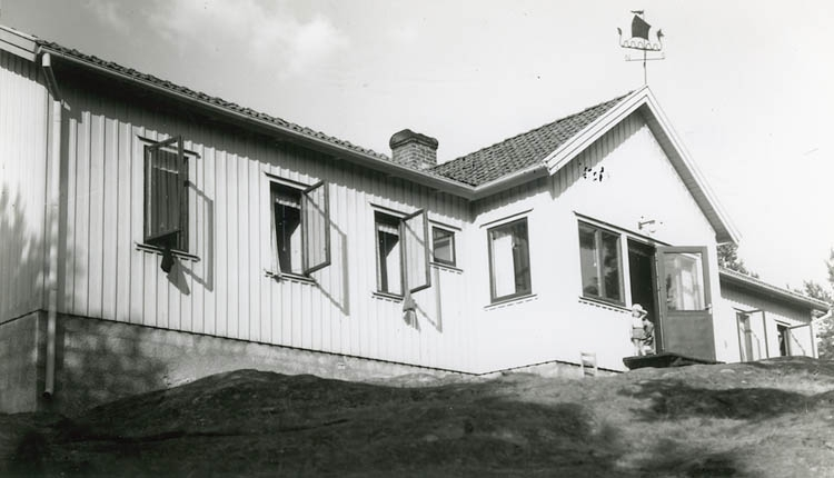 """Enligt Bengt Lundins noteringar: """"Strandön. Ungdomsgården""""."""