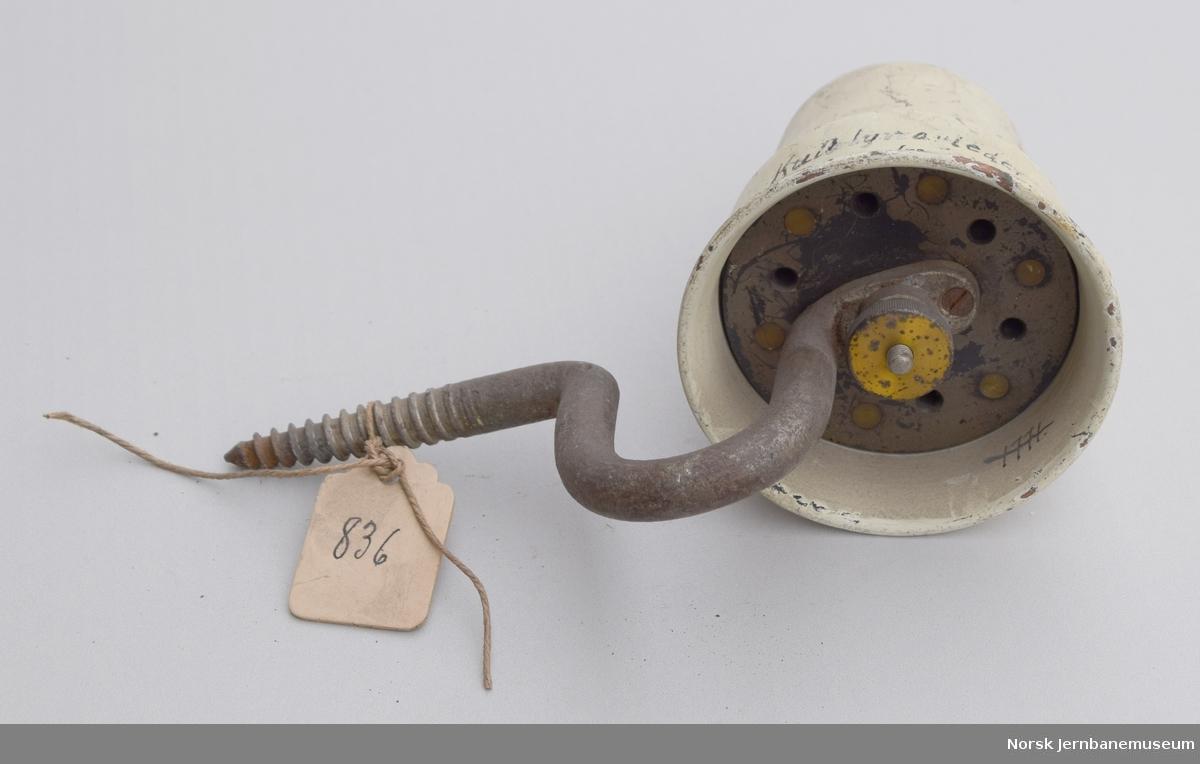 Kull-lynavleder, innkoblet mellom luftlinjen og kabel ved Vrengen, km 349,85. Oppsatt 1898.