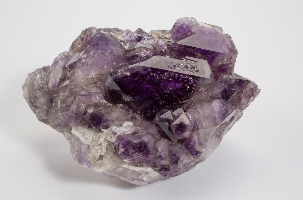 Ametyst, dypfarvet krystall, omgitt av krystaller.