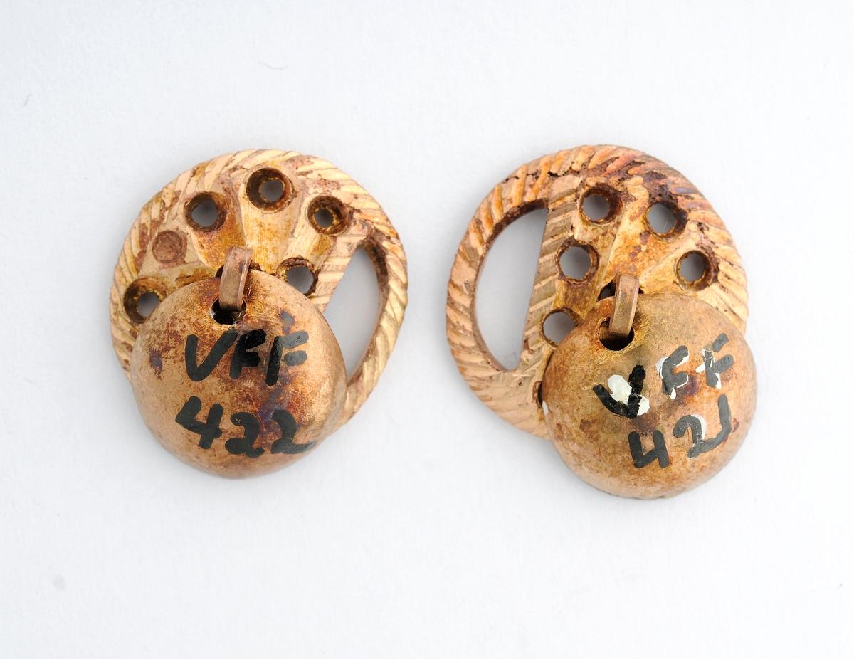 Malje i messing, A og B. Støypt med gjennombrutt dekor,  avrunda form. Lauv (messing) festa med krampe til malja.
