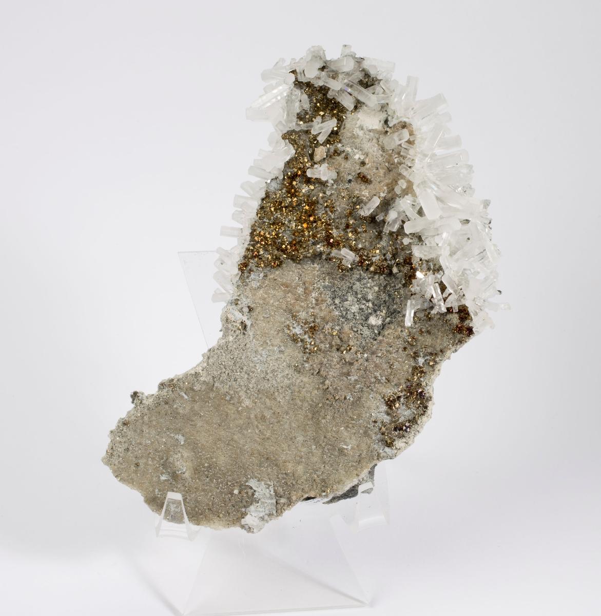 Kalsitt, mange elongerte prismer + pyritt.